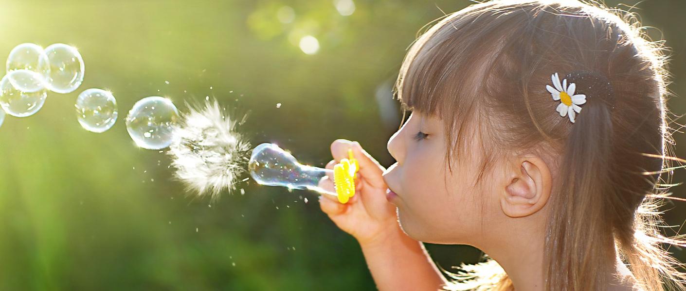 niña-haciendo-burbujas
