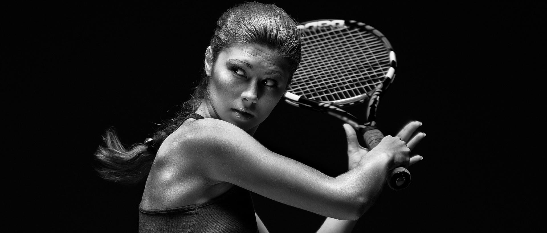 Chica-jugador-de-tenis-raqueta-1800x2880