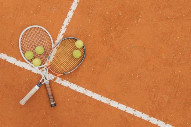 pelotas-tenis-dos-raquetas_23-2148206491