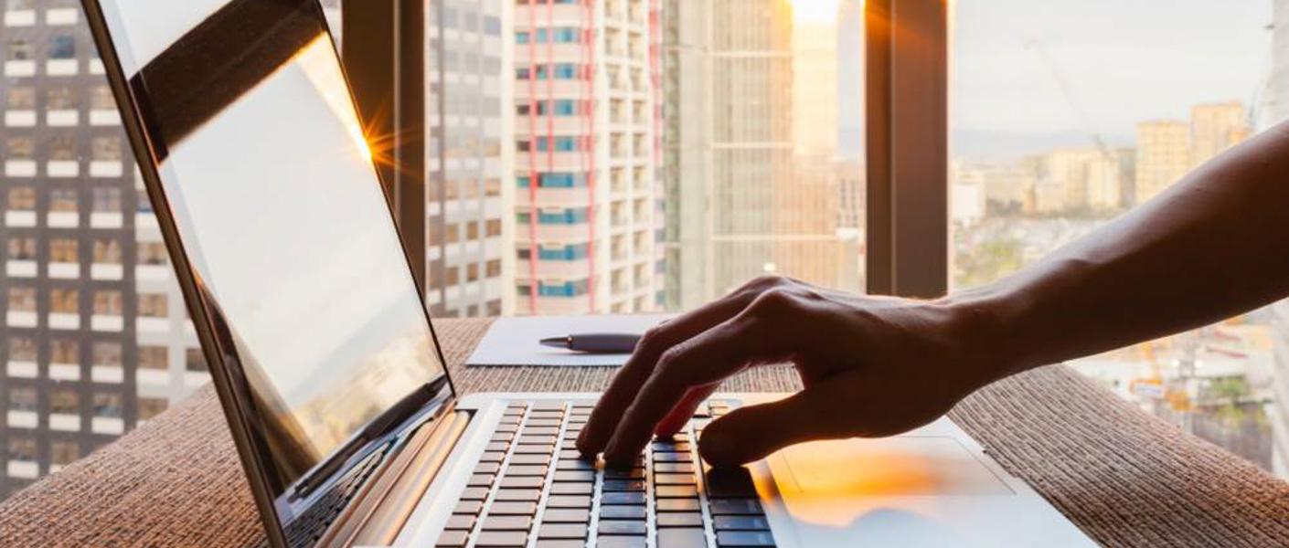 negocios-internet-computador-mano